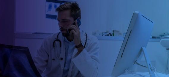 Profesional de la salud prestando servicio médico por teléfono.