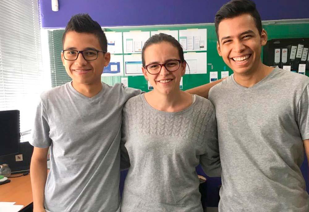 Personas con camisetas grises